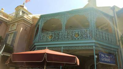 Photo illustrating <font size=1>Disneyland New Orleans Square Dream Suite balcony