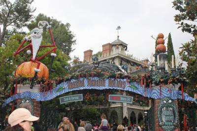 Photo illustrating <font size=1>Disneyland Park - Halloween Haunted Mansion Holiday Decorations