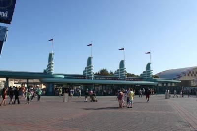 Photo illustrating <font size=1>Disney California Adventure - New entrance gates