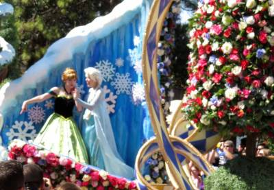 Photo illustrating Anna and Elsa - Festival of Fantasy Parade
