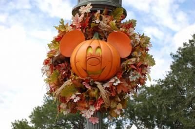 Photo illustrating <font size=1>Pumpkin Mickey Decoration