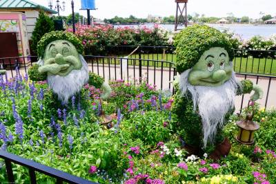 Photo illustrating <font size=1>Sneezy and Bashful Topiaries 01