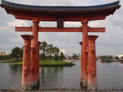 Photo illustrating <font size=1>Spaceship Earth viewed through Japan Arch