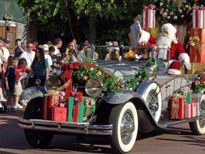 Photo illustrating Hollywood Studios - Holly-days Parade Santa