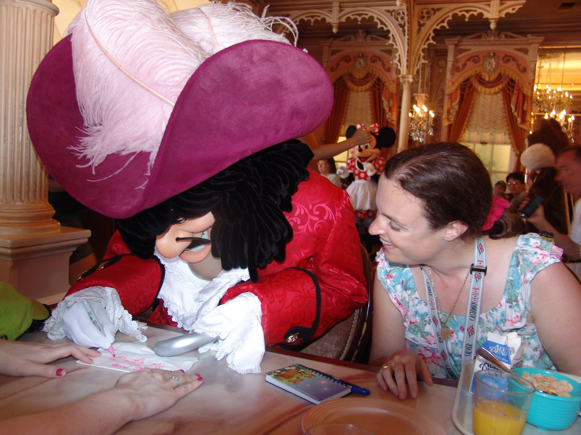 Enjoy the difference character dining experiences at Disney Parks around the world | PassPorter.com