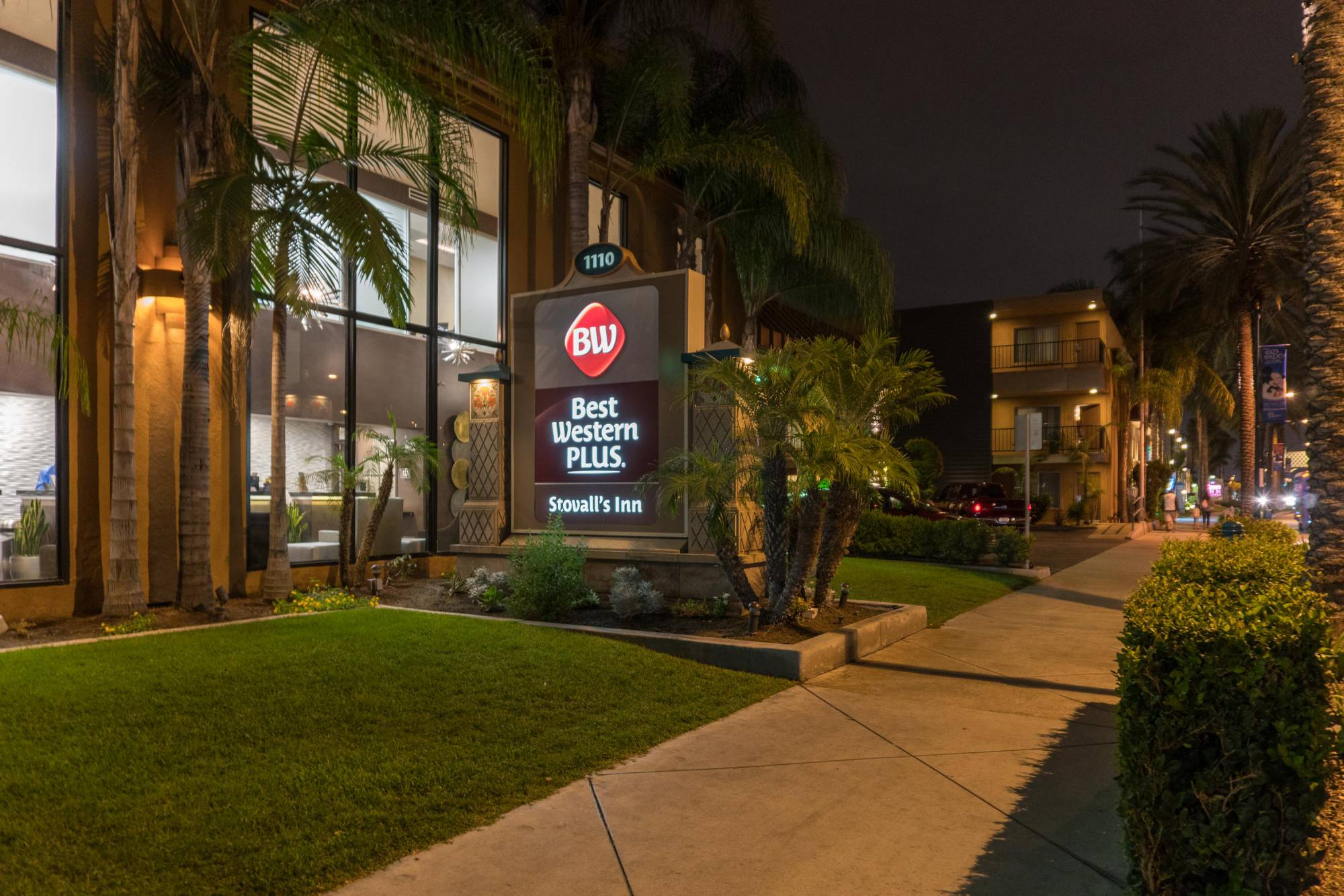 Enjoy the convenience of the Disneyland Good Neighbor Hotel - the Best Western Plus Stovall's Inn | PassPorter.com