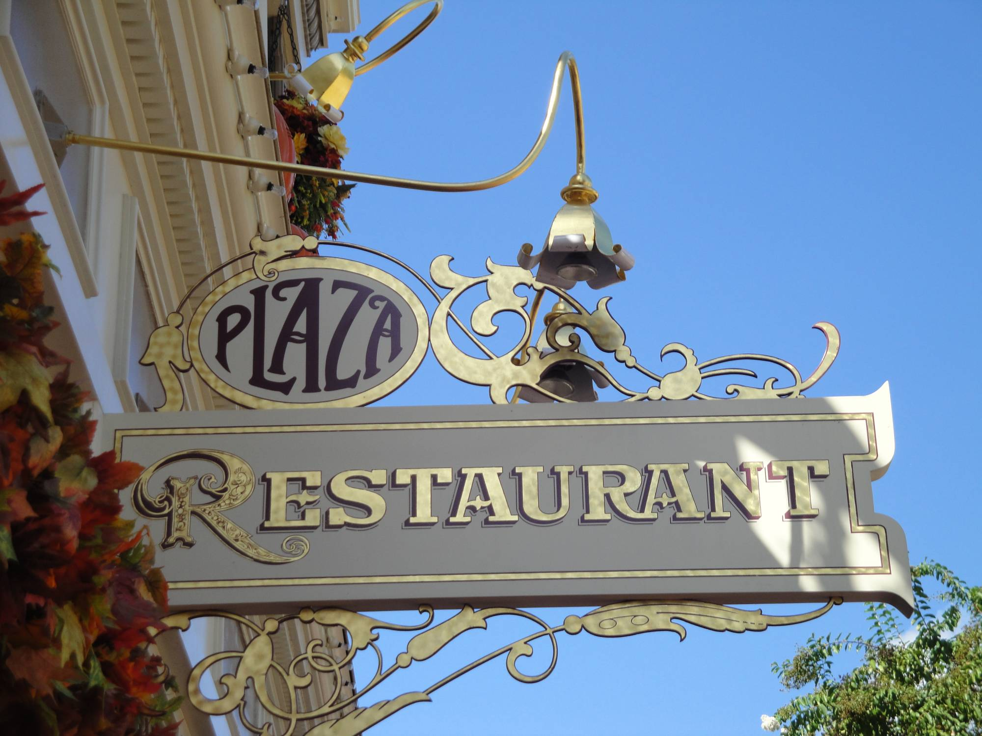 Enjoy a peaceful meal at the Plaza Restaurant in the Magic Kingdom |PassPorter.com