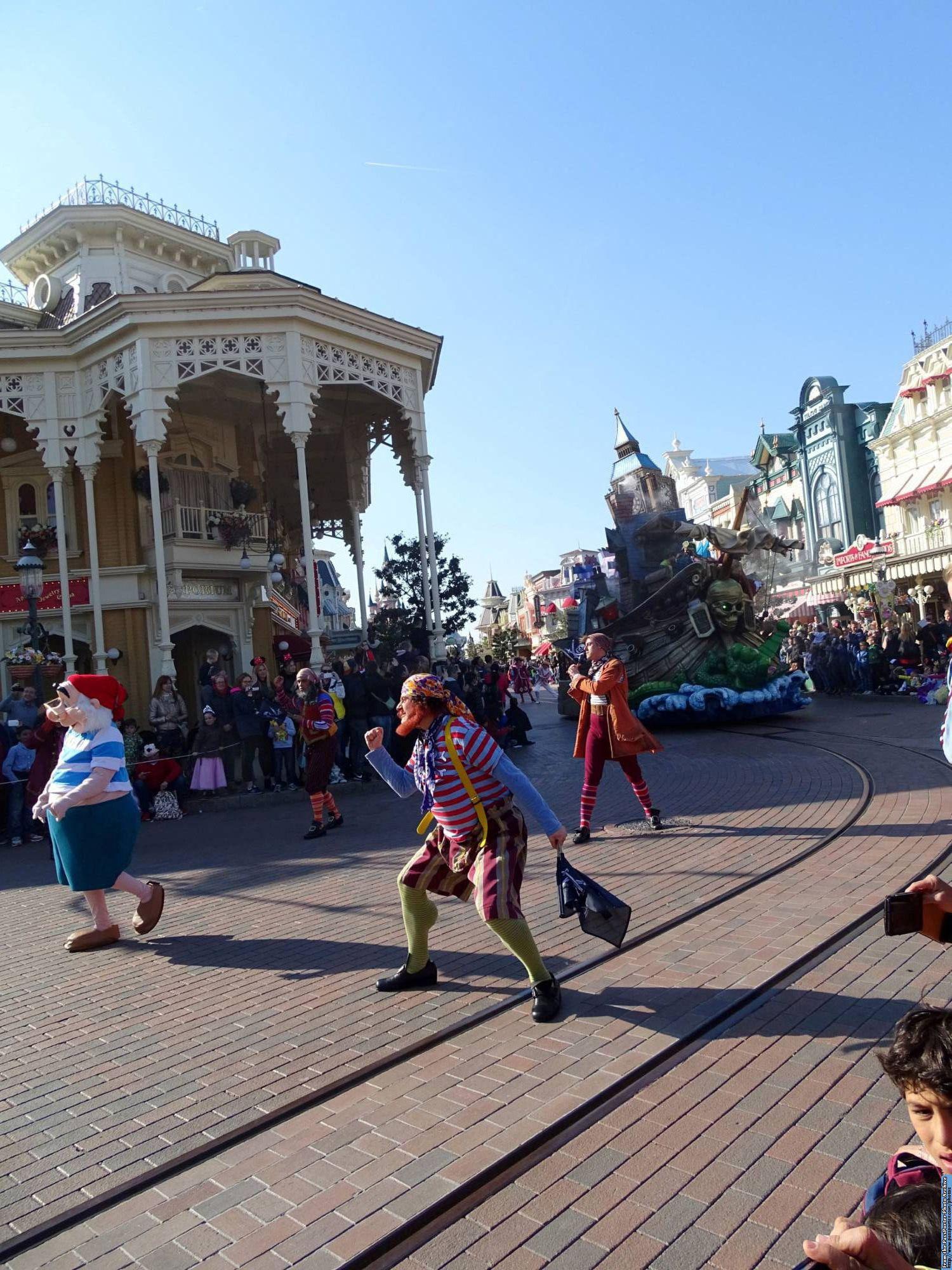 Proper parade etiquette tips for Disney parks | PassPorter.com