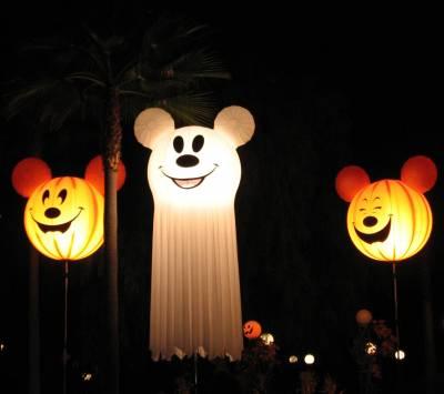Disney 39 s california adventure halloween decor for Disney halloween home decorations