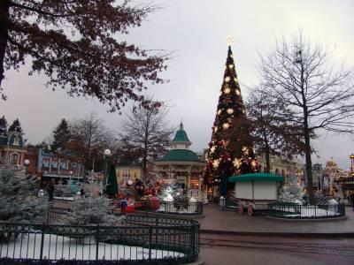 Disneyland Paris - Town Square at Christmas