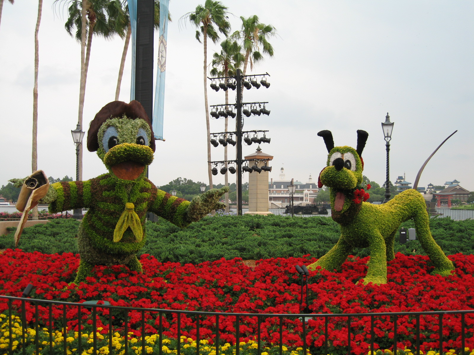 Flower and Garden Festival 2007 Donald and Pluto Topiary