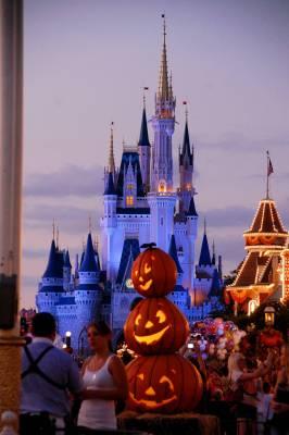 Magic kingdom halloween decorations passporter photos for Disney halloween home decorations